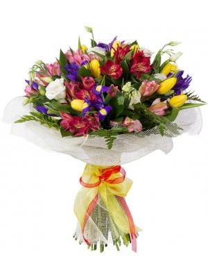 Букет цветов из красной и розовой альстромерии, белой эустомы, желтых тюльпанов, ирисов и декоративной зелени с доставкой.