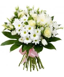 Букет цветов из белых роз, белой эустомы, белой веточной и однобутоновой хризантемы и декоративной зелени с доставкой.