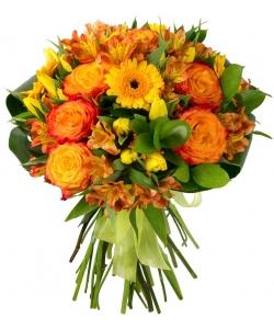 Букет цветов из рыжих роз Баллада, рыжей альстромерии, желтых тюльпанов, герберы и декоративной зелени с доставкой.