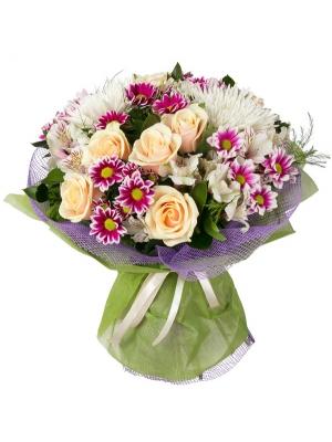 Букет цветов из кремовых роз, белой однобутонной и веточной хризантемы, а также альстромерии с доставкой.