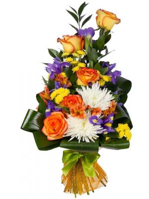Букет цветов из ярко-желтых роз, синих ирисов, белой и желтой хризантемы, а также альстромерии с доставкой.