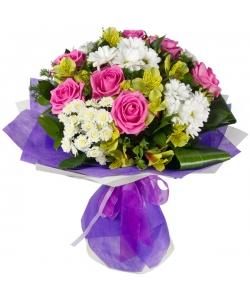 Букет цветов из розовых роз, желтой альстромерии, белой веточной хризантемы и декоративной зелени с доставкой.