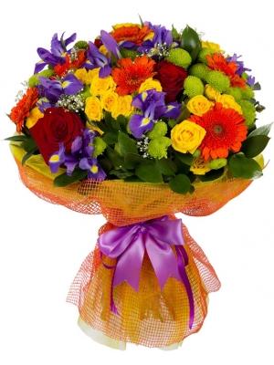 Букет цветов из желтых и красных роз, зеленной хризантемы, синих ирисов, герберы и декоративной зелени с доставкой.
