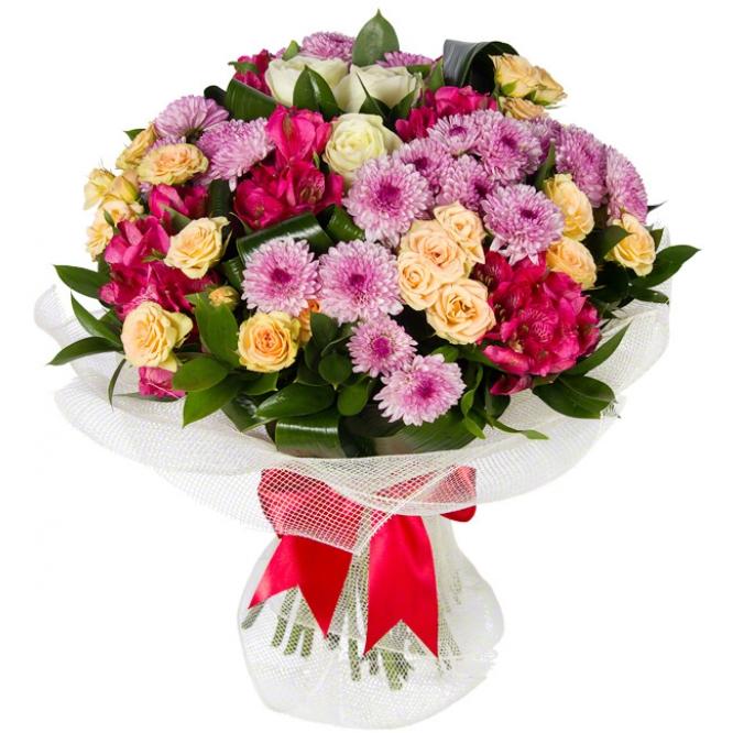 Букет цветов из белых и кремовых роз, розовой хризантемы, розовой альстромерии и декоративной зелени с доставкой.