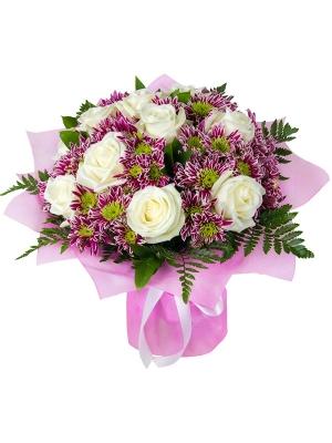 Букет цветов из белых роз (11 штук 70 сантиметров), веточной фиолетовой хризантемы и декоративной зелени с доставкой.