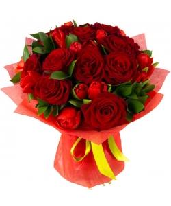 Букет цветов из красных роз (15 штук), красных тюльпанов (19 штук) и декоративной зелени с доставкой.