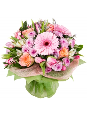 Букет цветов из розовых тюльпанов, альстромерии, розовой герберы, хризантемы, светлых роз и декоративной зелени с доставкой.