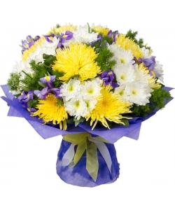 Букет цветов из белой веточной хризантемы (13 веток). синих ирисов (14 штук) и желтой хризантемой (11 штук)  с доставкой.