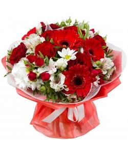 Букет цветов из красных роз и герберы, белых хризантемы, тюльпанов и альстромерии, а также декоративной зелени с доставкой.