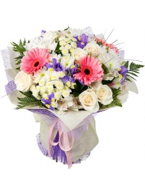 Букет цветов из белой веточной хризантемы, розовой герберы, светло-кремовых роз, ирисов и альстромерии с доставкой.