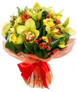 Букет цветов из зеленой орхидеи Цимбидиум, желтой фрезии, красного гиперикума и декоративной зелени с доставкой.
