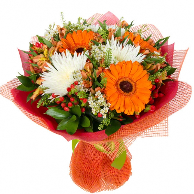 Букет цветов из рыжей альстромерии, белой хризантемы, гиперикума, рыжей герберы и декоративной зелени с доставкой.