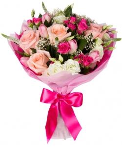 Букет цветов из светло-розовых роз, белой эустомы, розовых тюльпанов, кустовых роз и декоративной зелени с доставкой.
