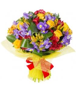 Букет цветов из красной и желтой альстромерии, синих ирисов, желтых роз и декоративной зелени с доставкой.