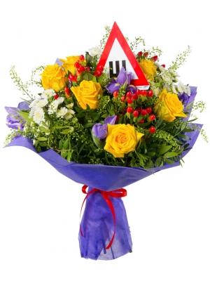 Букет цветов из желтых роз, синих ирисов, красного гиперикума, белой хризантемы и декоративной зелени с доставкой.