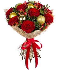 Букет цветов из красных роз, красного гиперикума, новогодних шариков и декоративной зелени с доставкой.