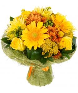 Букет цветов из желтых герберы, роз и хризантемы, а также гиперикума, краспедии и декоративной зелени с доставкой.