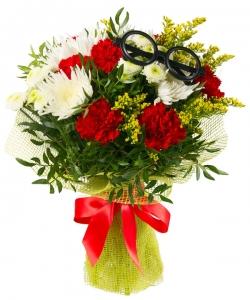 Букет цветов из красных гвоздик, желтого солидаго, белой хризантемы и декоративной зелени с доставкой по Киеву.