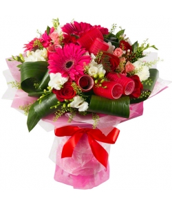 Букет цветов из красных роз, розовых гербер, белой гвоздики, розовых роз, белой фрезии и декоративной зелени с доставкой.