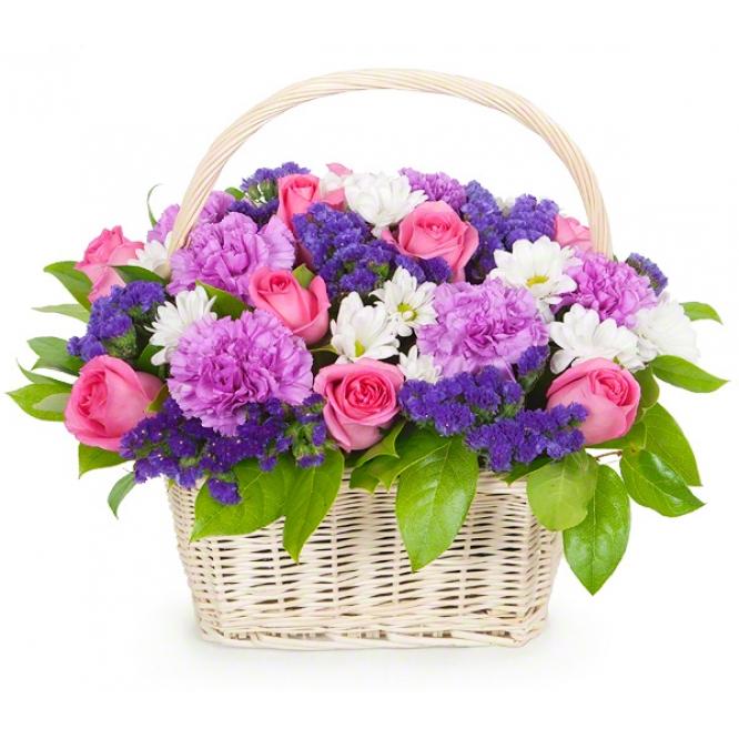 Корзина цветов из фиолетовой гвоздики, розовых роз, синей статицы, кустовой хризантемы и декоративной зелени с доставкой.