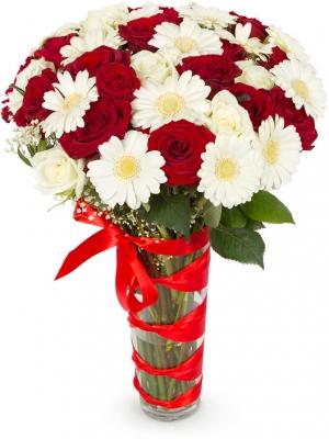 Букет цветов из белой герберы, красных и белых роз, белой гипсофилы и декоративной зелени с доставкой по Киеву.
