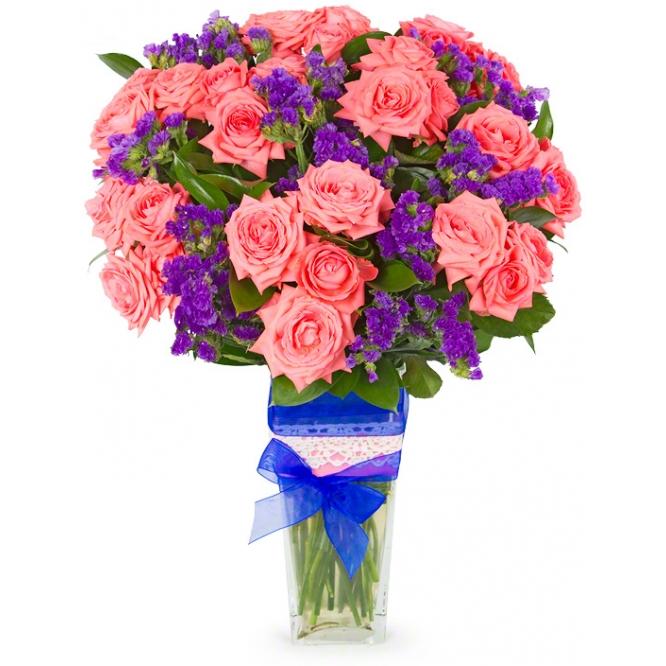 Букет цветов из розовых кустовых роз (экстра класс, 15 штук, 70 сантиметров), синей статицы и декоративной зелени с доставкой.