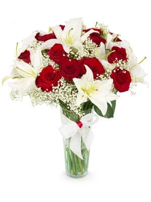 Букет цветов из красных роз (15 штук, 70 сантиметров), белой лилии (5 веток), гипсофилы и декоративной зелени с доставкой.