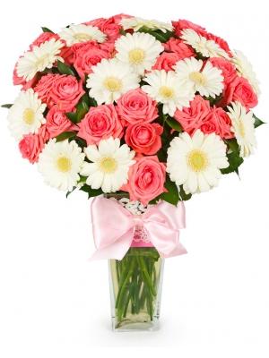 Букет цветов из розовый роз (экстра класс, 9 штук, 70 сантиметров) и белой герберы (16 штук) и зелени с доставкой.