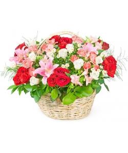 Корзина цветов из красных и белых роз, розовых кустовых роз, лилии, альстромерии и декоративной зелени с доставкой.