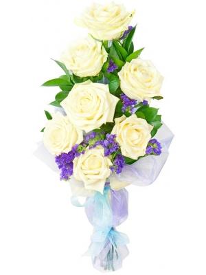 Букет цветов из белых роз (7 штук, 70 сантиметров, экстра качество) синей статицы и декоративной зелени с доставкой.