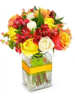 Букет цветов из разноцветных роз, красной альстромерии, красного гиперикума и декоративной зелени с доставкой по Киеву.