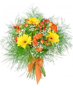 Букет цветов из рыжих кустовых роз, желтой герберы, гипсофилы, красного гиперикума и декоративной зелени с доставкой.