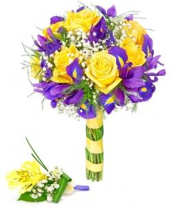 Свадебный букет невесты из желтых роз, синих ирисов, белой гипсофилы и декоративной зелени и бутоньерки с доставкой.
