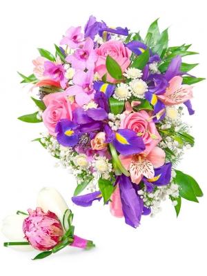 Свадебный букет невесты из розовых роз, синих ирисов, белой гипсофилы, альстромерии и зелени и бутоньерки с доставкой.