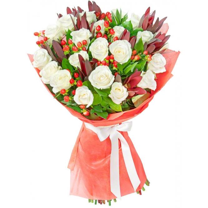 Букет цветов из белых роз (21 штука), красного гиперикума, красного леукодендрона и декоративной зелени с доставкой.