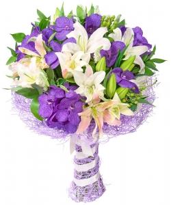 Букет цветов из синей орхидеи Ванда (15 штук), светло-розовой лилии (4 ветки) и декоративной зелени с доставкой.
