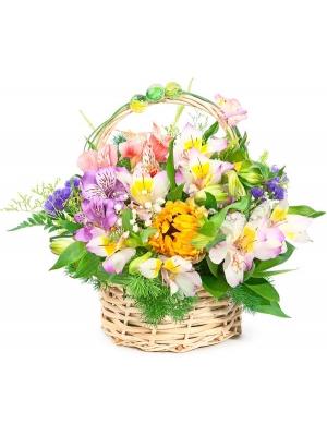 Корзина цветов из разноцветной альстромерии, белой гипсофилы, синей статицы и декоративной зелени с доставкой по Киеву.