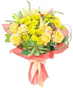 Букет цветов из светло-желтых роз, белой лилии, желтой хризантемы, гипсофилы и декоративной зелени с доставкой.