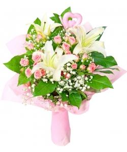 Букет цветов из белой лилии, розовых кустовых роз, гипсофилы и декоративной зелени с доставкой по Киеву.