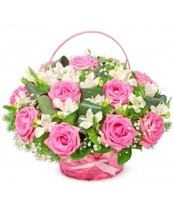 Корзина цветов из розовых роз (экстра качество, 11 штук), белой гипсофилы и декоративной зелени с доставкой по Киеву.