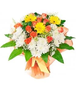 Букет цветов из белой кустовой хризантемы (6 веток), рыжих роз Вау (15 штук), гипсофилы и декоративной зелени с доставкой.