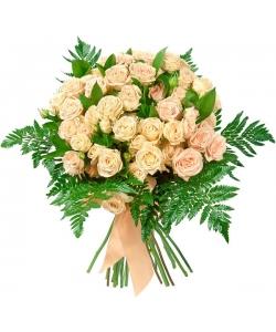 Букет цветов из кремовых кустовых роз (экстра класс, 11 веток, 70 сантиметров) и декоративной зелени с доставкой по Киеву.