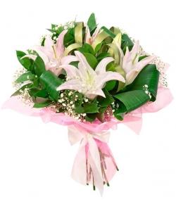 Букет цветов из розовой лилии (экстра класс, 75 сантиметров), гипсофилы и декоративной зелени с доставкой.