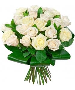 Букет цветов из белых роз (экстра класс, 25 штук) и декоративной зелени с доставкой по Киеву.