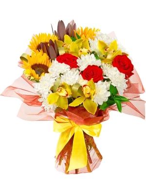 Букет цветов из оранжевых подсолнухов, желтой орхидеи, красных роз, белой хризантемы и декоративной зелени с доставкой.