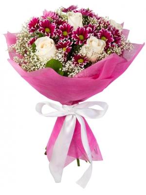 Букет цветов из белых роз (экстра класс, 5 штук), цветной хризантемы (4 ветки), гипсофилы и декоративной зелени с доставкой.