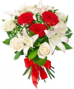 Букет цветов из бело-розовой лилии (экстра класс, 2 ветки), красных и белых роз (экстра класс, 9 штук) и зелени с доставкой.
