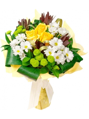 Букет цветов из белой и розовой хризантемы, желтых роз, красного леукодендрона и декоративной зелени с доставкой.