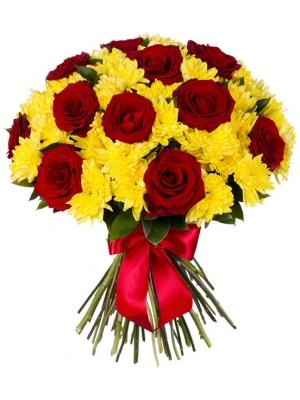 Букет цветов из желтой кустовой хризантемы (экстра класс, 12 веток) и красных роз (экстра класс, 13 штук) с доставкой.