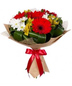 Букет цветов из красной герберы, желтой альстромерии, белой хризантемы и декоративной зелени с доставкой по Киеву.